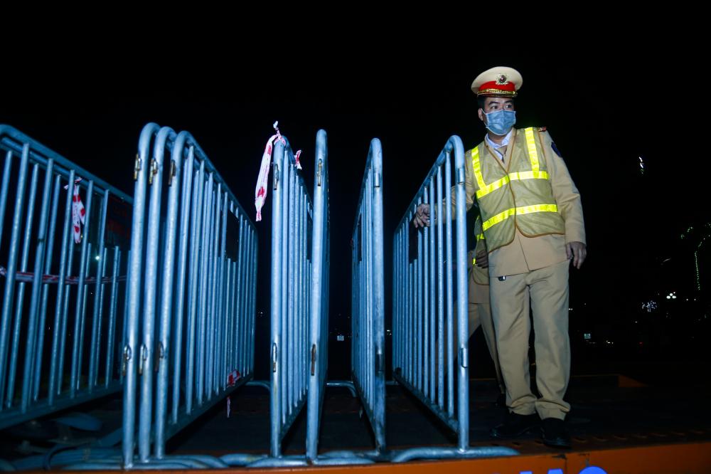 Những hàng rào cách ly, băng rôn được lực lượng chức năng gỡ bỏ và di dời