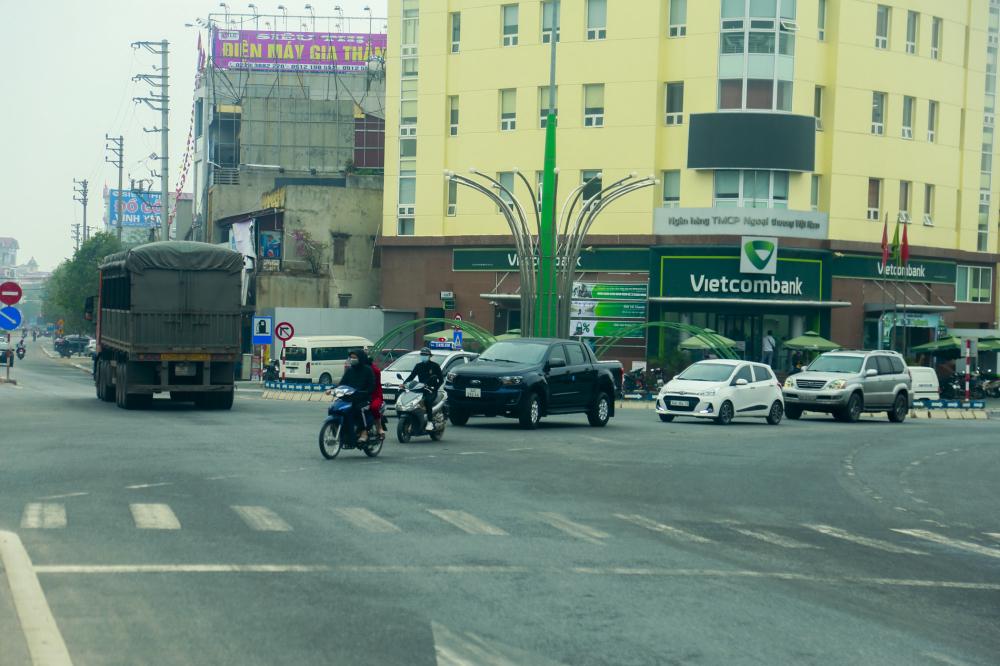 Sau khi được thông xe, lưu lượng xe ra đường tương đối nhộn nhịp