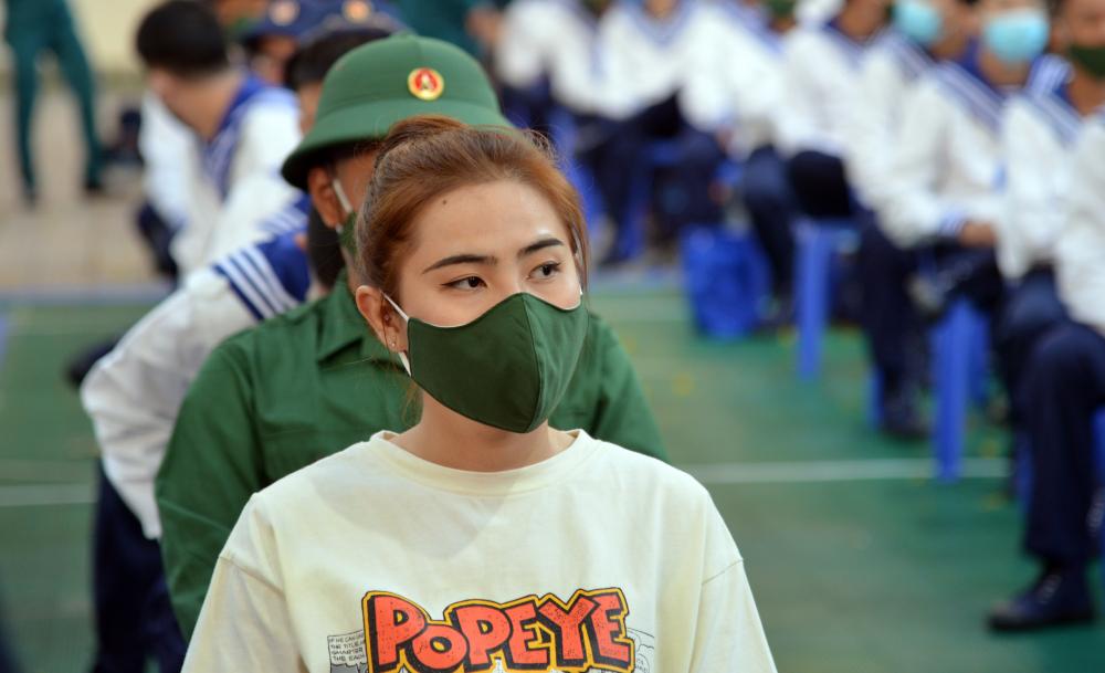 Trong dợt này còn có 2 công dân nữ được gọi thực hiện nghĩa vụ quân sự.Tân binh Nguyễn Đào Thúy Vi (24 tuổi, ngụ quận 6) là một trong hai tân binh nữ được tuyển chọn trong số hơn 4.600 tân binh năm 2021.