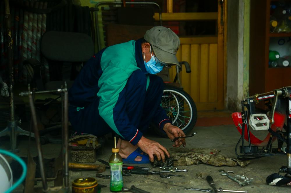 Ông Lương Gia Thế (63 tuổi) hành nghề sửa xe ở Tp.Chí Lin-Hải Dương