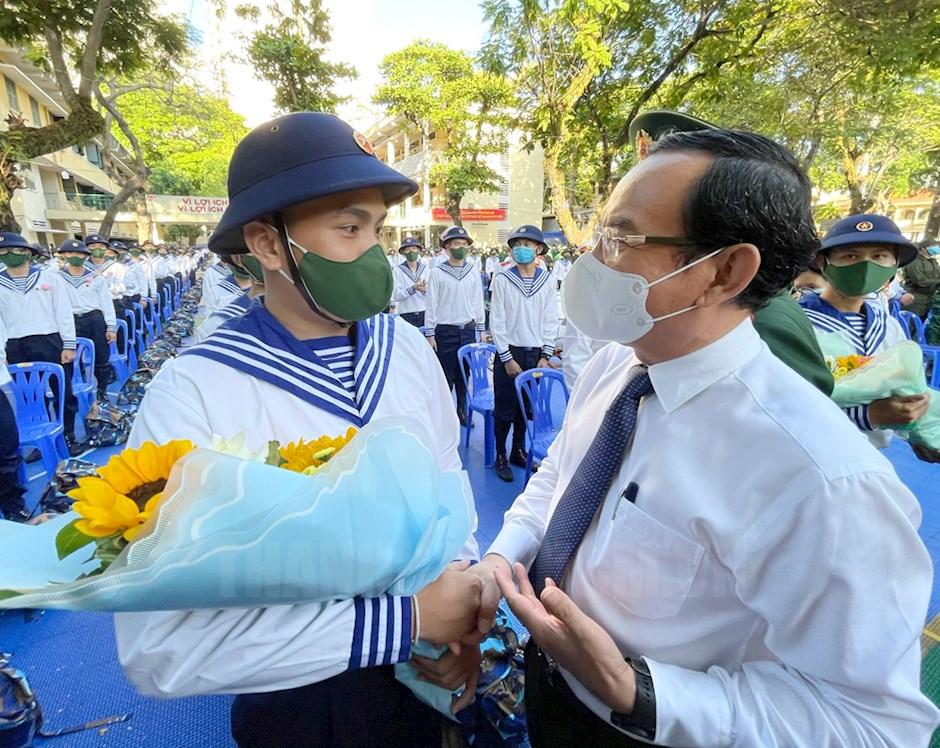Bí thư Nguyễn Văn Nên động viên tin thần các chiến sĩ trước giờ lên đường nhập ngũ