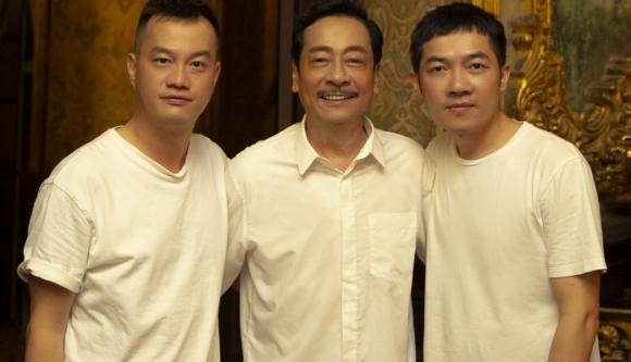 Cặp biên kịch kiêm đạo diễn Bảo Nhân (trái), Nam Cito (phải) và NSND Hoàng Dũng trên phim trường.