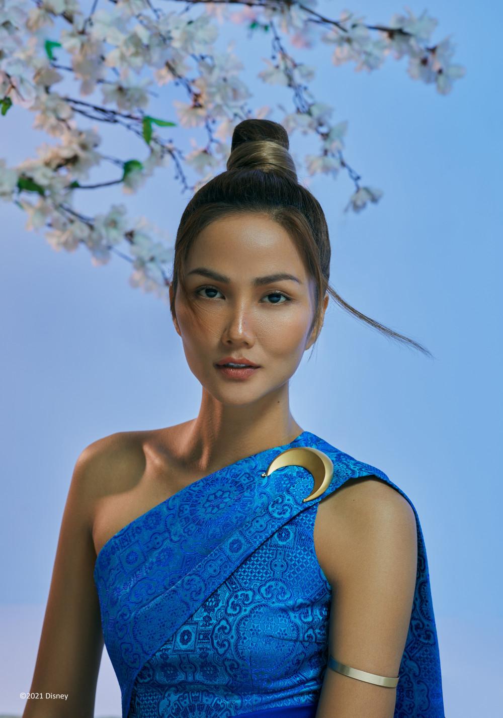 H'Hen Niê diện trang phục theo phong cách của công chúa Raya từ khi còn nhỏ tới lúc trưởng thành, với một thần thái huyền bí và đầy sức quyến rũ của người phụ nữ Đông Nam Á.