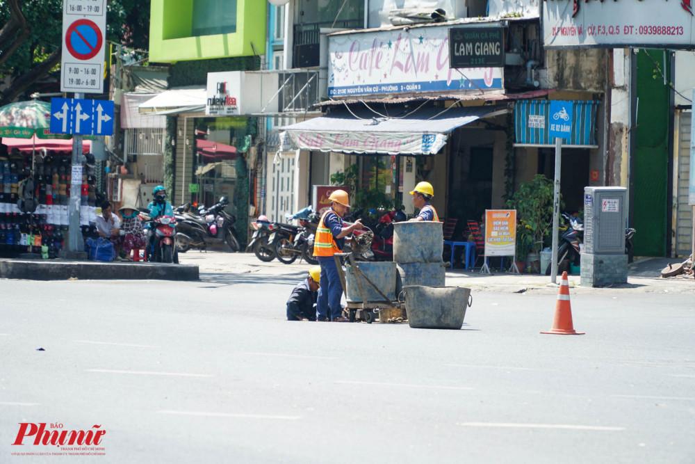 Tại một góc đường, hệ thống đường cống đang được bảo trì, các công nhân phải đang cằng mình làm việc dưới nèn nhiệt 35 độ C