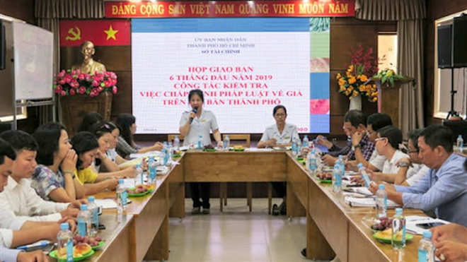 Bà Lê Thị Thanh Tuyền (đứng), nguyên chánh thanh tra Sở Tài chính TPHCM bị khởi tố