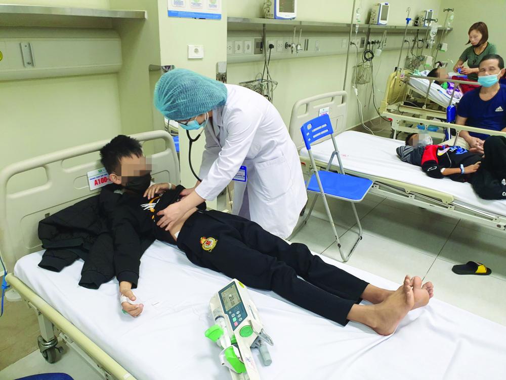 Bác sĩ Phạm Thị Thanh Tâm đang thăm khám cho một bệnh nhi nhiễm độc thủy ngân