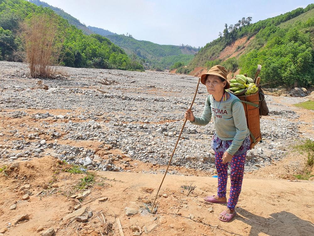 Bà Hồ Thị Nhin ngẩn ngơ trước ruộng nương của mình bị đất đá chôn vùi