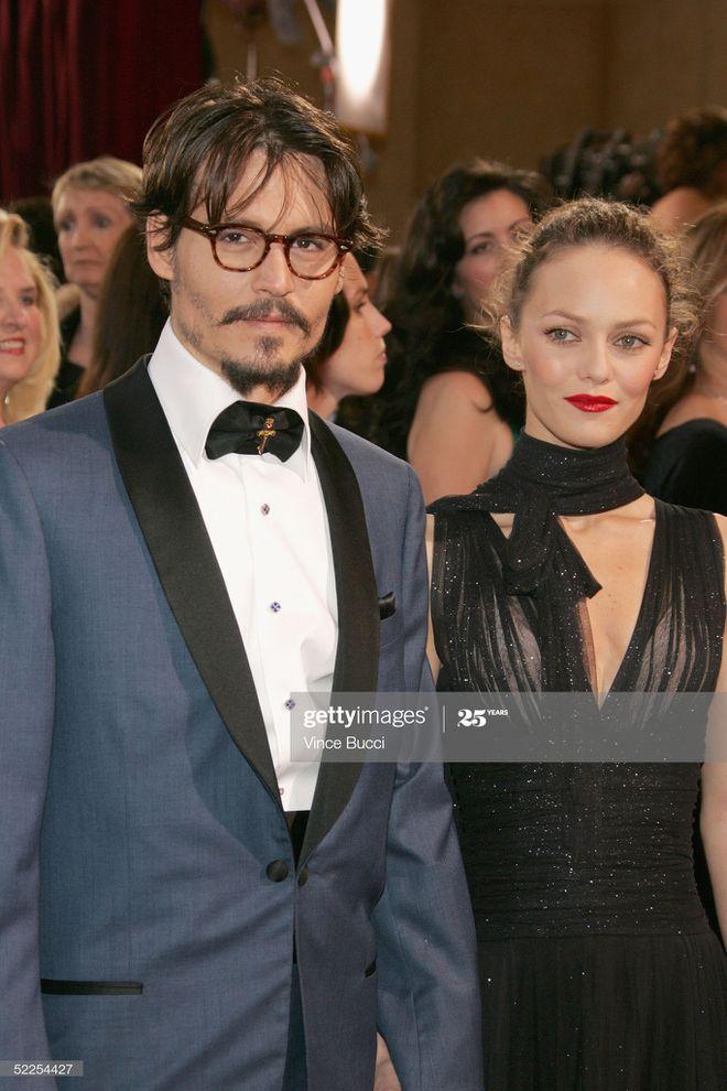 Năm 1998, anh bị mê hoặc bởi ''bông hồng'' Pháp Vanessa Paradis. Cả hai chung sống với nhau như vợ chồng suốt 14 năm dù không có giấy tờ hợp pháp. Họ có với 2 người con. ỏ qua tình trường lẫy lừng, Johnny Depp trở thành người chồng, người cha mẫu mực khiến bao người mơ ước. Khi lên chức bố, anh trở nên chững chạc, nam tính và lịch lãm.