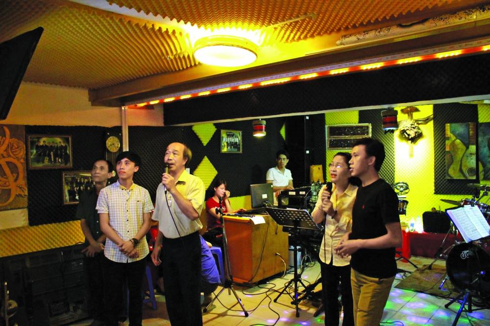 Mô hình hát với nhau miễn phí diễn ra hằ ng tuần tại Giáo xứ Đa Minh Ba Chuông (P.10, Q.Phú Nhuận, TP.HCM) với âm thanh, ánh sáng và cách âm khá bài bản, góp phần đáp ứng nhu cầu ca hát của người dân tại đây - Ảnh: N.X.
