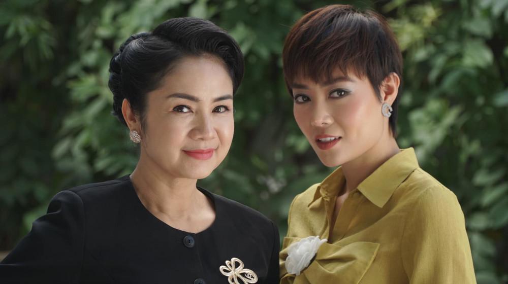 NSND Thu Hà (trái) và diễn viên Thanh Hương trên phim Hướng dương ngược nắng