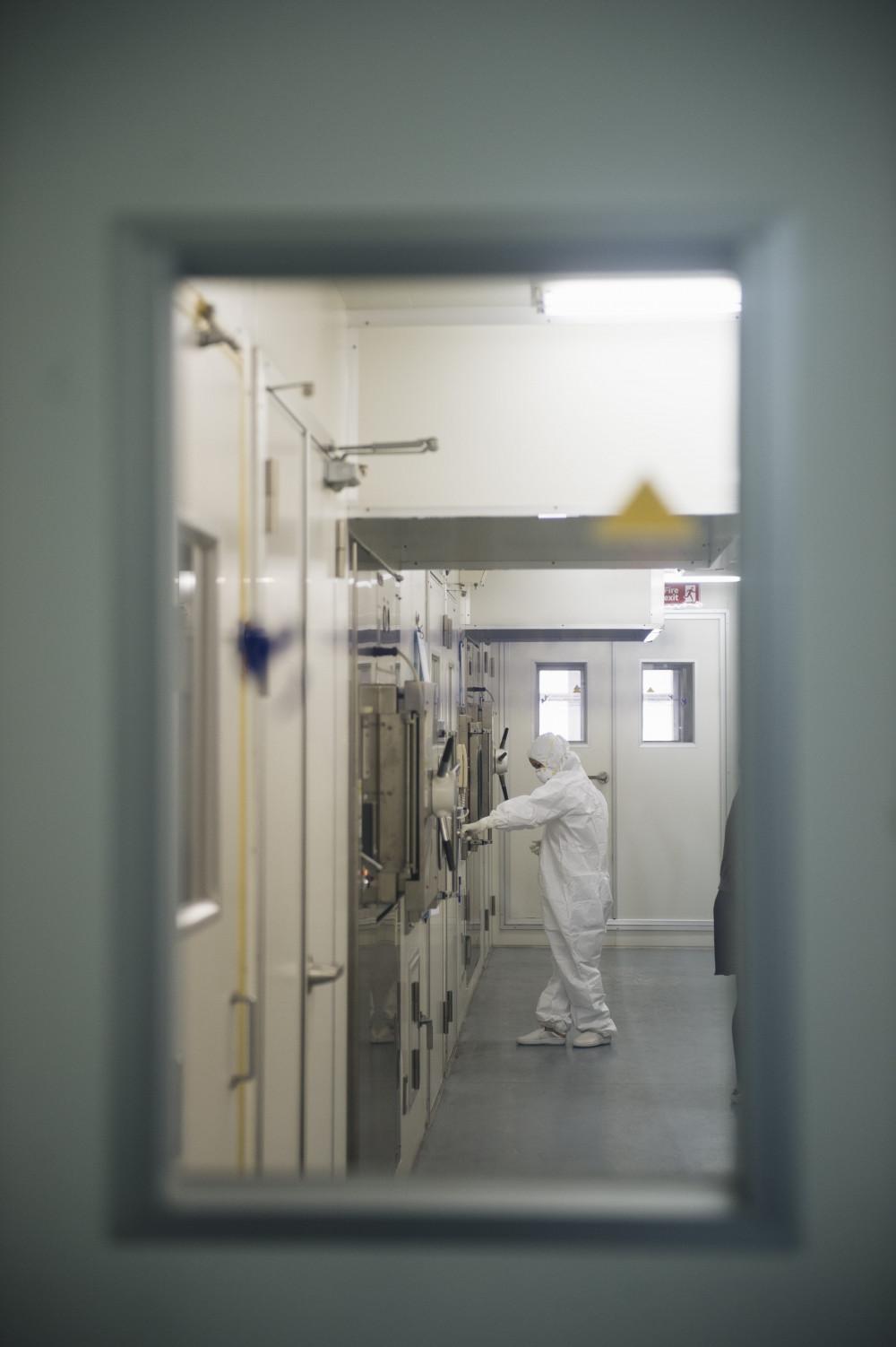 GS-TS Quỳnh Mai chuẩn bị vào làm việc tại phòng thí nghiệm an toàn sinh học cấp 3  (Ảnh: Kênh 14)