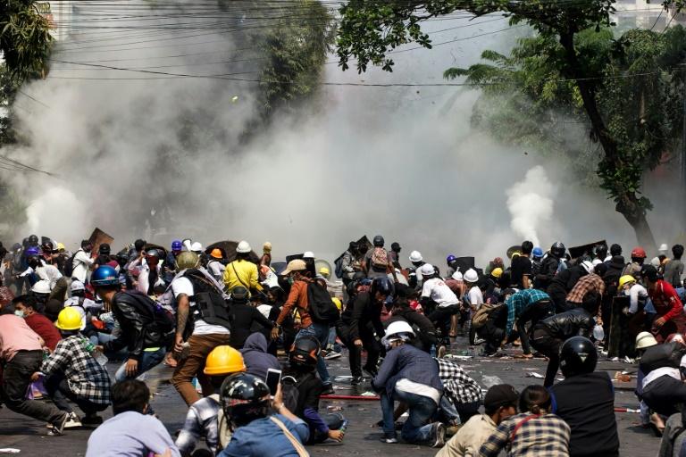 Cảnh sát bắn đạn cay vào người biểu tình ở Mandalay hôm 3/3