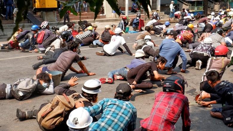 Hoạt động biểu tình của người dân và hành động vũ lực của quân đội đang biến Myanmar thành vùng chiến sự nguy hiểm