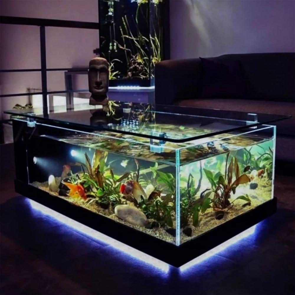 Hình 1. Bể cá lớn làm bàn cà phê tiếp khách được thắp sáng cùng những chú cá bơi lội trong lòng đại dương là ý tưởng trang trí tuyệt vời làm cho căn nhà trở nên sống động, tươi mát.