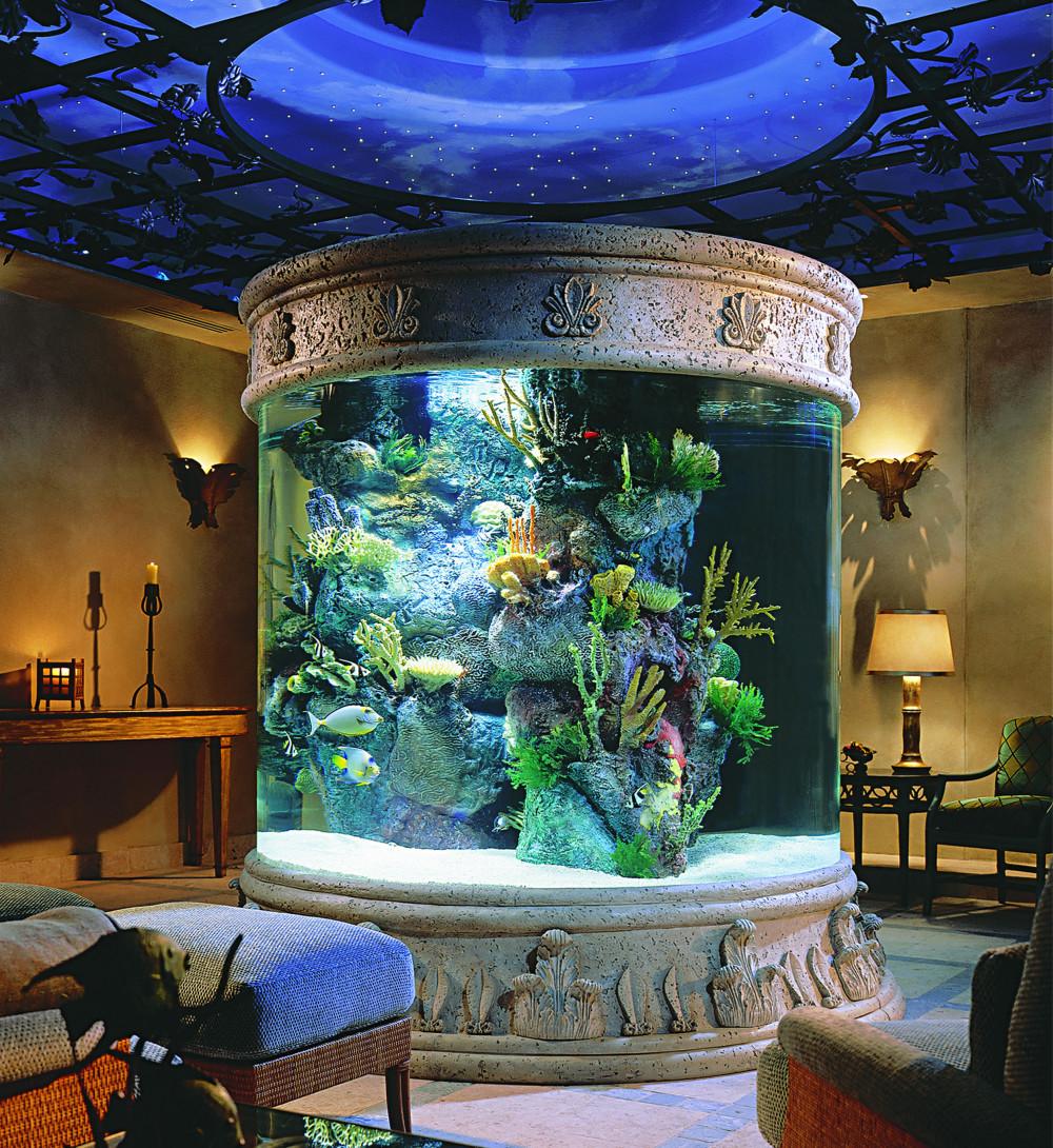 Hình 7. Phòng khách sang trọng, ấn tượng bởi bể cá tròn khổng lồ được ốp đá thay cho màn hình ti vi mang đến sự hấp dẫn và lôi cuốn mọi người vào hành trình thám hiểm đại dương.