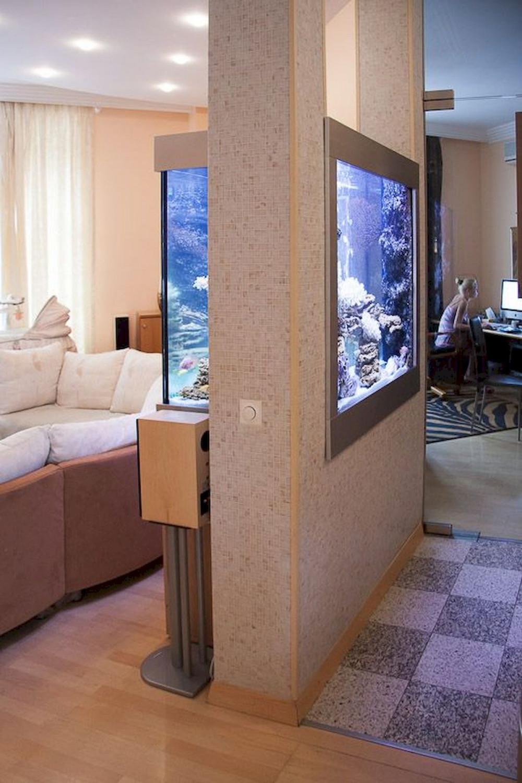 Hình 3. Bể cá cảnh lớn được lắp trên tường ngăn chia phòng khách với không gian khác trông thật ấn tượng.
