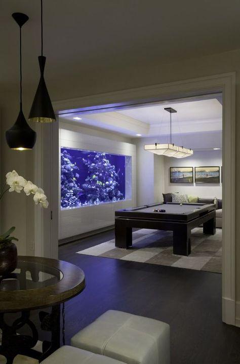Hình 2. Phòng giải trí mát mẻ với bể cá lớn chiếm toàn bộ bức tường như một bức tranh động.