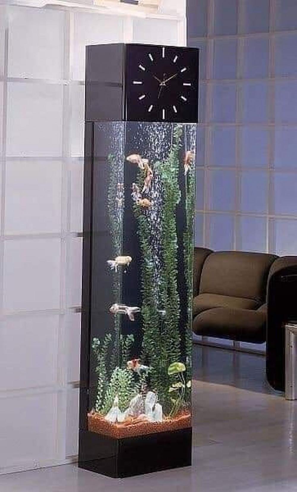 Hình 5. Cây bể cá đứng kết hợp đồng hồ vừa hiện đại vừa đa chức năng, tạo điểm nhấn trong trang trí nội thất.