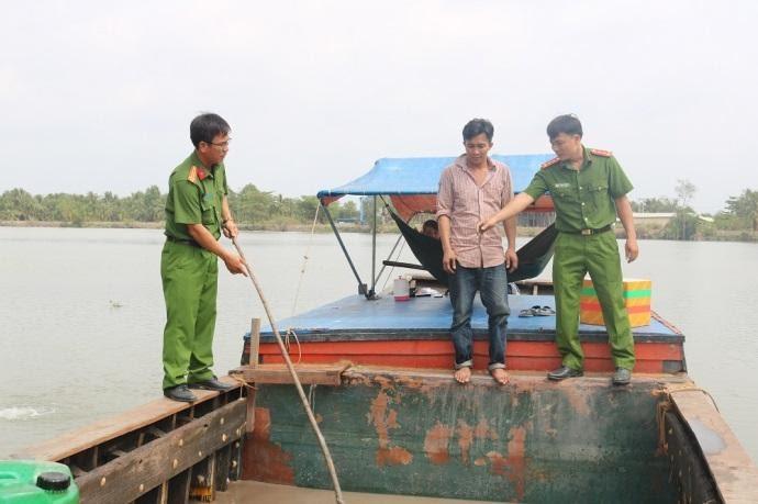 Chiếc ghe gỗ mà đối tượng dùng khai thác cát sông trái phép