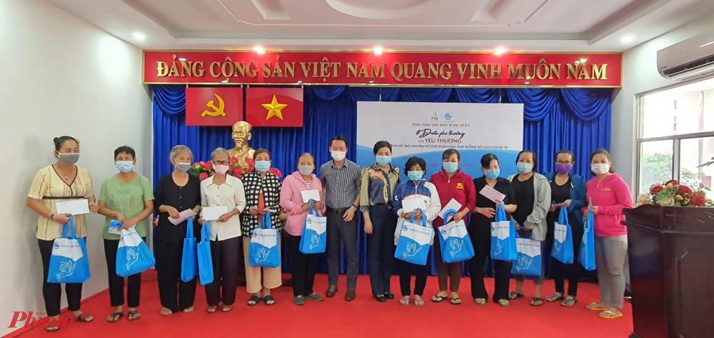 Hội LHPN TPHCM và Công ty Cổ phần Vàng bạc đá quý Phú Nhuận PNJ  tặng quà ch phụ nữ bị ảnh hưởng dịch bệnh