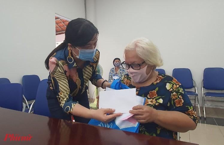 Phụ nữ già yếu, bệnh tật cũng được hội chăm lo trong đợt này.
