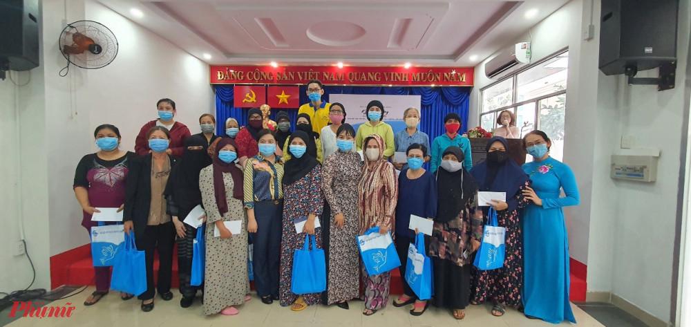 Phụ nữ các dân tộc Chăm hoa tại quận Phú Nhuận nhận các phần quà từ hai đơn vị