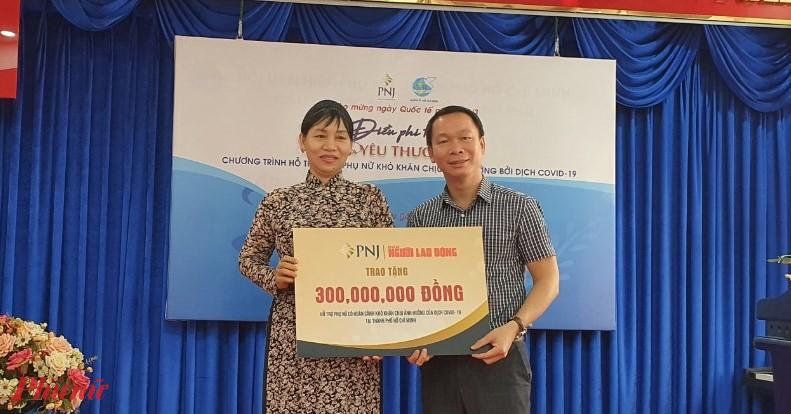 Công ty Cổ phần Vàng bạc đá quý Phú Nhuận PNJ trao bảng tượng trưng 300 triệu đồng đến Hội LHPN TPHCM thực hiện chương trình chăm lo cho phụ nữ bị ảnh hưởng bời dịch bệnh