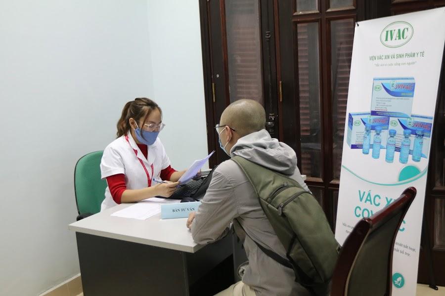 nhân viên y tế đón các tình nguyện viên tại bàn tư vấn để lấy những thông tin cần thiết phục vụ cho quy trình đăng kí thử nghiệm
