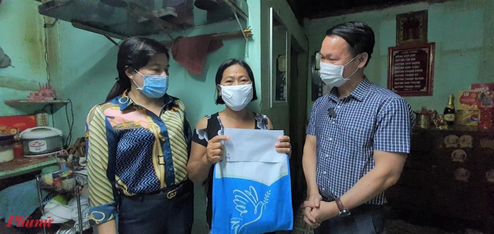 Chịu Kim Loan (giữa) nhận quà từ Hội và đơn vị đồng hành.