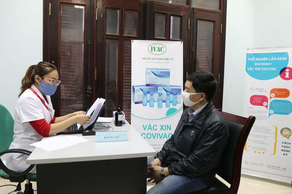 Các tình nguyện viên đăng kí thử nghiệm lâm sàng vắc-xin Covivac trực tiếp tại  Trung tâm dược lý lâm sàng(đại học y Hà Nội)