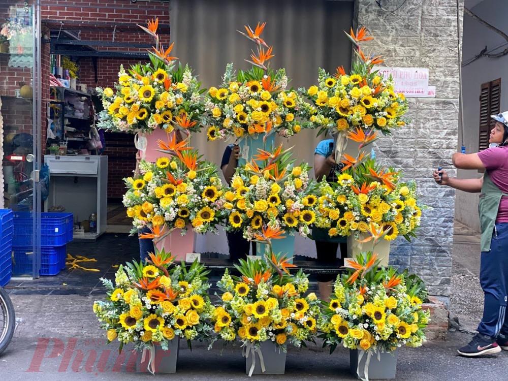 Một số cửa hàng trưng hoa ra trước để khách tiện ghé mua.