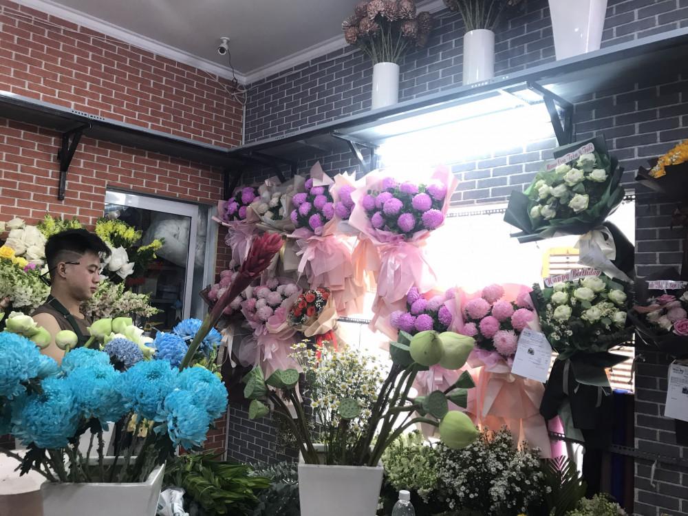 So với hoa trong nước, hoa nhập khẩu có mức giá tăng thấp hơn, tươi lâu, nhiều màu lạ... nên được chuộng.