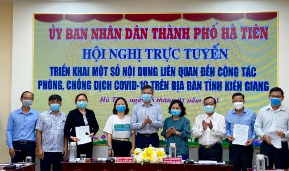 Lãnh đạo UBND tỉnh Kiên Giang trao quyết định thành lập Ban điều hành