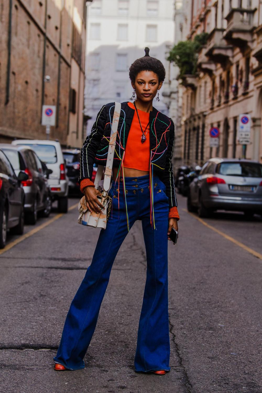 Thay vì diện những bộ cánh lộng lẫy, người dân địa phương Milan lựa chọn quần jean, denim thoải mái. lấp đầy phong cách thời trang đường phố ở Tuần lễ thời trang Milan