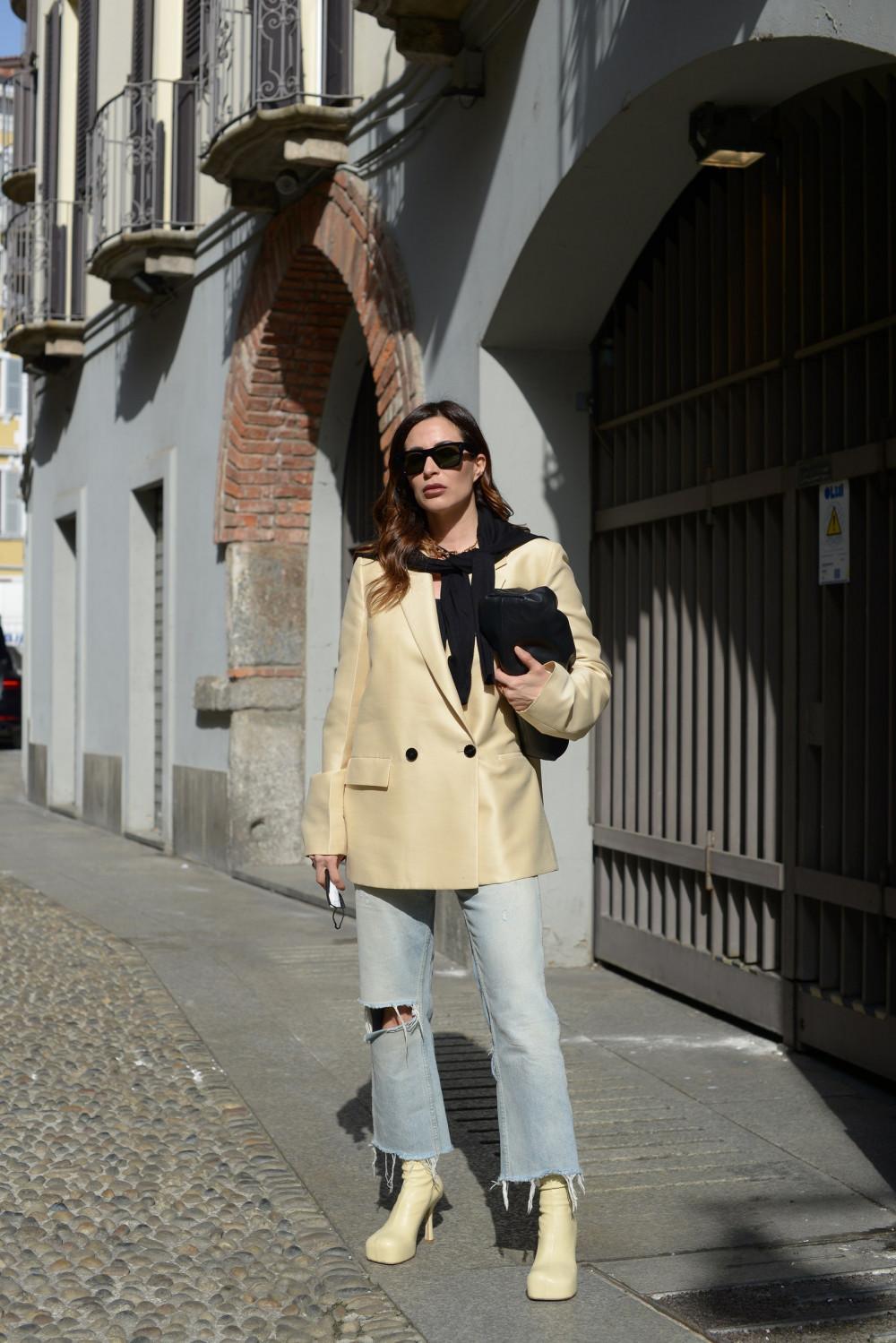 Nâng tầm một chiếc quần jean rách nhẹ với áo khoác nỉ trơn và một đôi boot cao gót, giúp phái đẹp trông thời thượng và sành điệu hơn. Sẽ là điểm cộng tuyệt vời nếu các bạn lựa chọn màu sắc phối đồ hài hòa và đừng quên kết hợp với các phụ kiện nữ tính như túi xách clutch và vòng cổ.