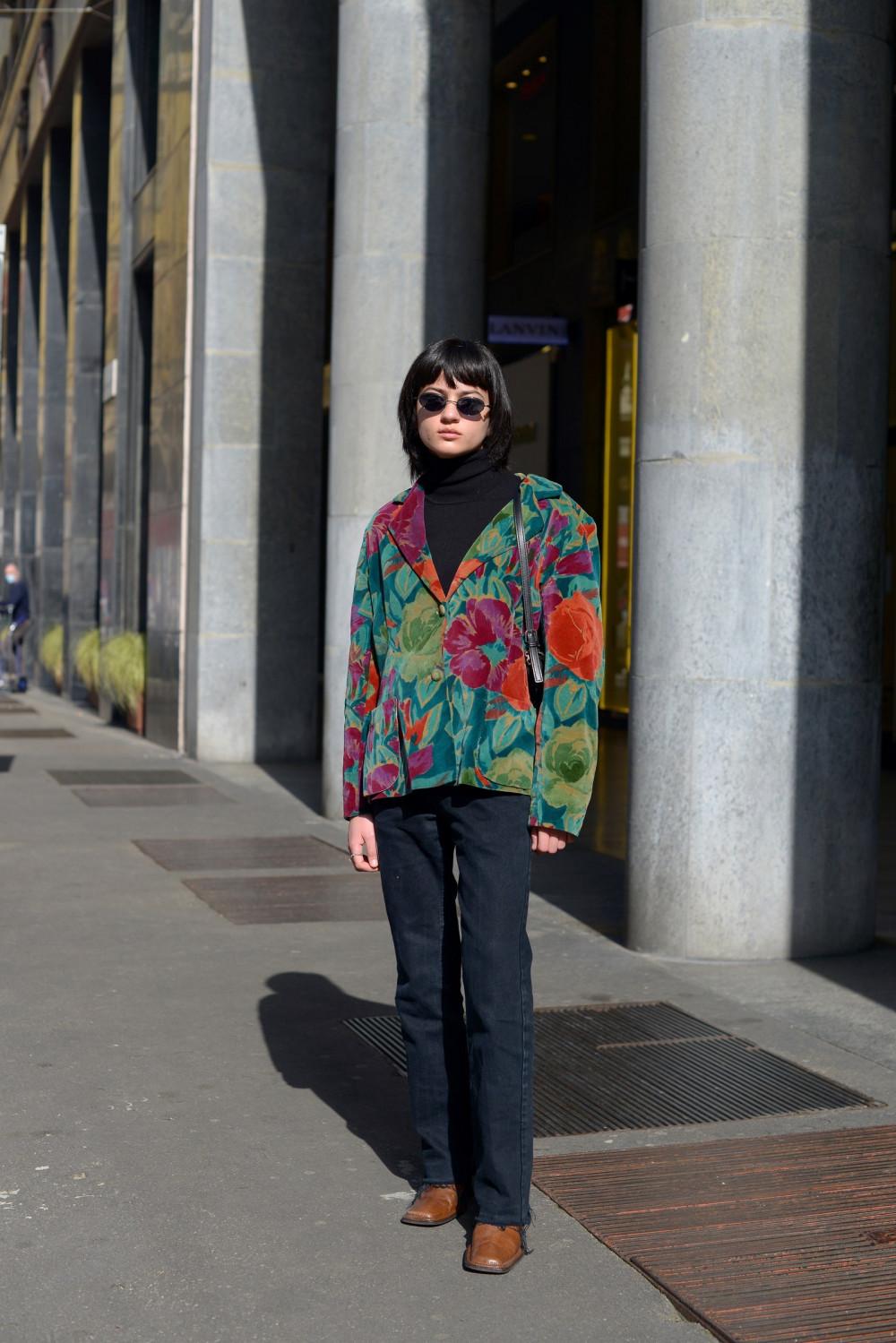 Jean thập niên 70 cũng đươc yêu thích trở lại. Vải denim màu tối trở thành xu hướng của những thập niên trước với những trang phục lấy cảm hứng từ cổ điển như áo khoác hoa, giày mũi vuông cực chất, áo cổ lọ màu đen…