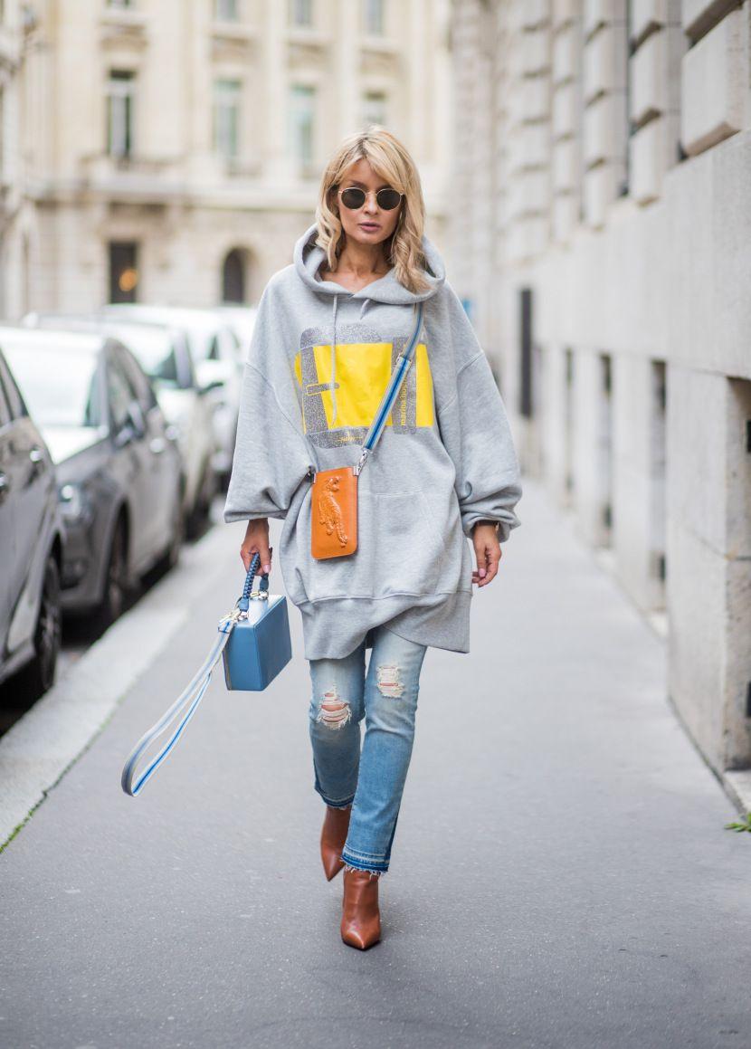 Quần jean ôm dáng kết hợp cùng chiếc áo quá khổ mang đến cho các bạn gái vẻ ngoài cá tính.