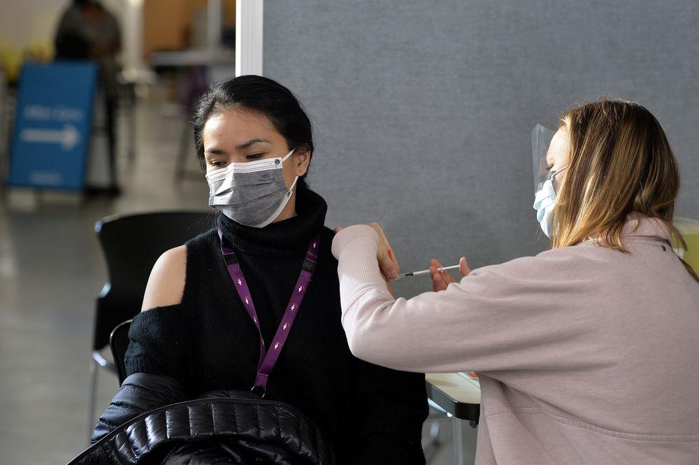 Canada nỗ lực chủng ngừa vắc-xin COVID-19 rộng rãi cho người dân.