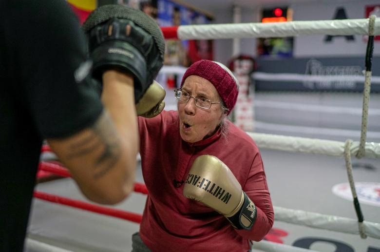 Bà Nancy Van Der Stracten (75 tuổi) một bệnh nhân Parkinson, tập luyện cùng huấn luyện viên Muhammed Ali Kardas tại một câu lạc bộ quyền anh ở thành phố nghỉ mát phía nam Antalya, Thổ Nhĩ Kỳ, ngày 26/2/2021