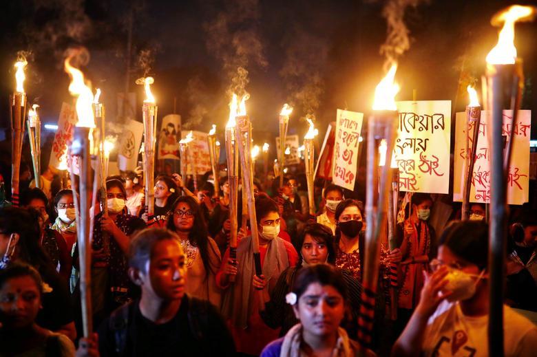 Các nhà hoạt động nữ và sinh viên tham gia lễ rước đuốc, đòi sự an toàn cho phụ nữ và công lý cho các nạn nhân bị hãm hiếp ở Dhaka, Bangladesh, ngày 14/10/2020