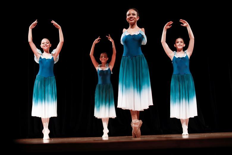 Vitoria Bueno - vũ công 16 tuổi không tay - biểu diễn cùng các bạn học từ học viện múa ba lê Andrea Falsarella tại Nhà hát Inatel ở Santa Rita do Sapucai, Brazil, ngày 5/2/2021