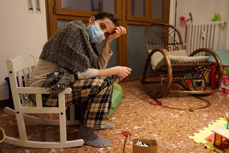 Bác sĩ người Ý Cecilia Bartalena (35 tuổi) ôm mặt mệt mỏi khi trở về nhà sau ca làm việc dài trong khoa cấp cứu tại bệnh viện Cisanello, ở Pisa, Ý, giữa đỉnh dịch tháng 3/2020