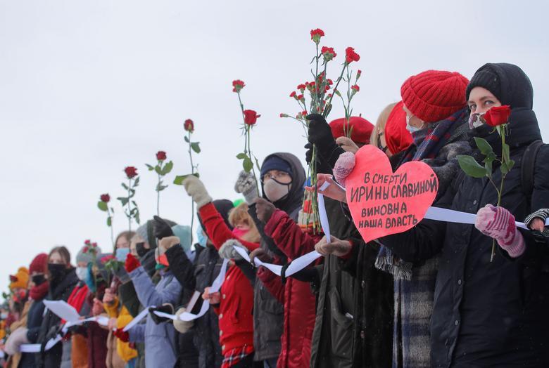 Những người tham gia xếp thành một chuỗi dài trong cuộc biểu tình ủng hộ các nữ tù nhân chính trị và phản đối bạo lực của cảnh sát ở Saint Petersburg, Nga ngày 14/2/2021