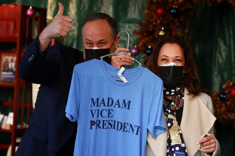 Phó tổng thống đắc cử Kamala Harris và chồng bà Doug Emhoff mặc áo phông khi họ đến thăm một ngôi chợ ở trung tâm thủ đô Washington