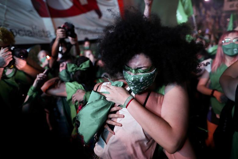 Những người biểu tình ủng hộ hợp pháp hóa phá thai vui mừng trước quyết định hợp pháp hóa mang tính bước ngoặt của đất nước ở Buenos Aires, Argentina, ngày 30/12/2020
