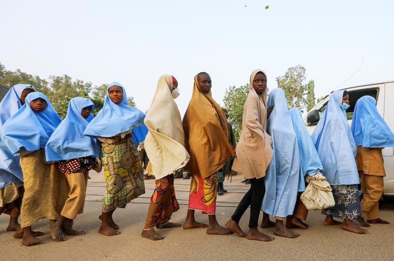 Các cô gái bị bắt cóc từ một trường nội trú ở bang Zamfara, phía tây bắc Nigeria, trở về nhà sau khi được thả vào ngày 2/3/2021
