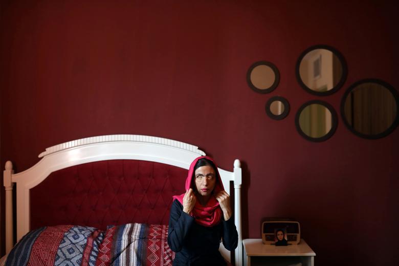 Masoumeh Ataei ngồi trên giường tại nhà riêng ở Parand, ngoại ô Tehran, Iran ngày 5/11/2020. Người phụ nữ 37 tuổi là nạn nhân của một vụ tấn công bằng axit từ thập kỷ trước, do bố chồng cũ gây ra sau khi cô ấy ly hôn