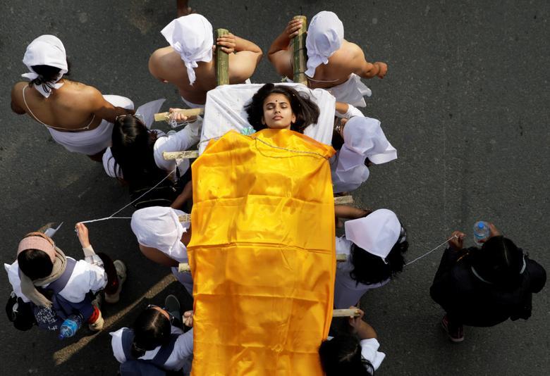 Ngày 12/2/2021, các nhà hoạt động tổ chức một đám tang giả trong một cuộc biểu tình phản đối các vụ bạo lực ngày càng tăng đối với phụ nữ ở Kathmandu, Nepal