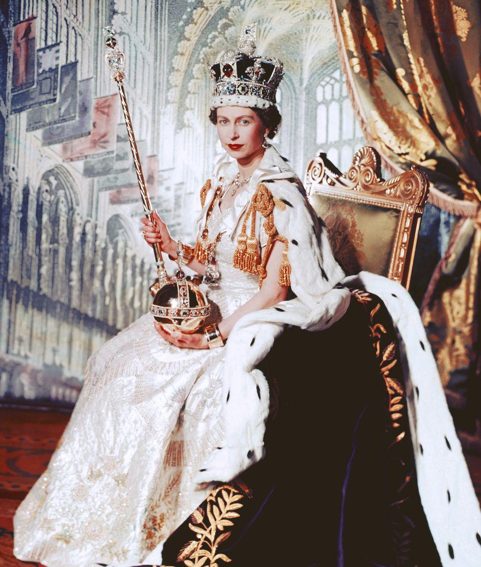 Nữ hoàng Elizabeth II của Vương quốc Anh tại lễ đăng quang năm 1953. Loại son màu đỏ tươi bà sử dụng là sản phẩm được đặt làm riêng cho sự kiện trang trọng này. (Ảnh: Getty)