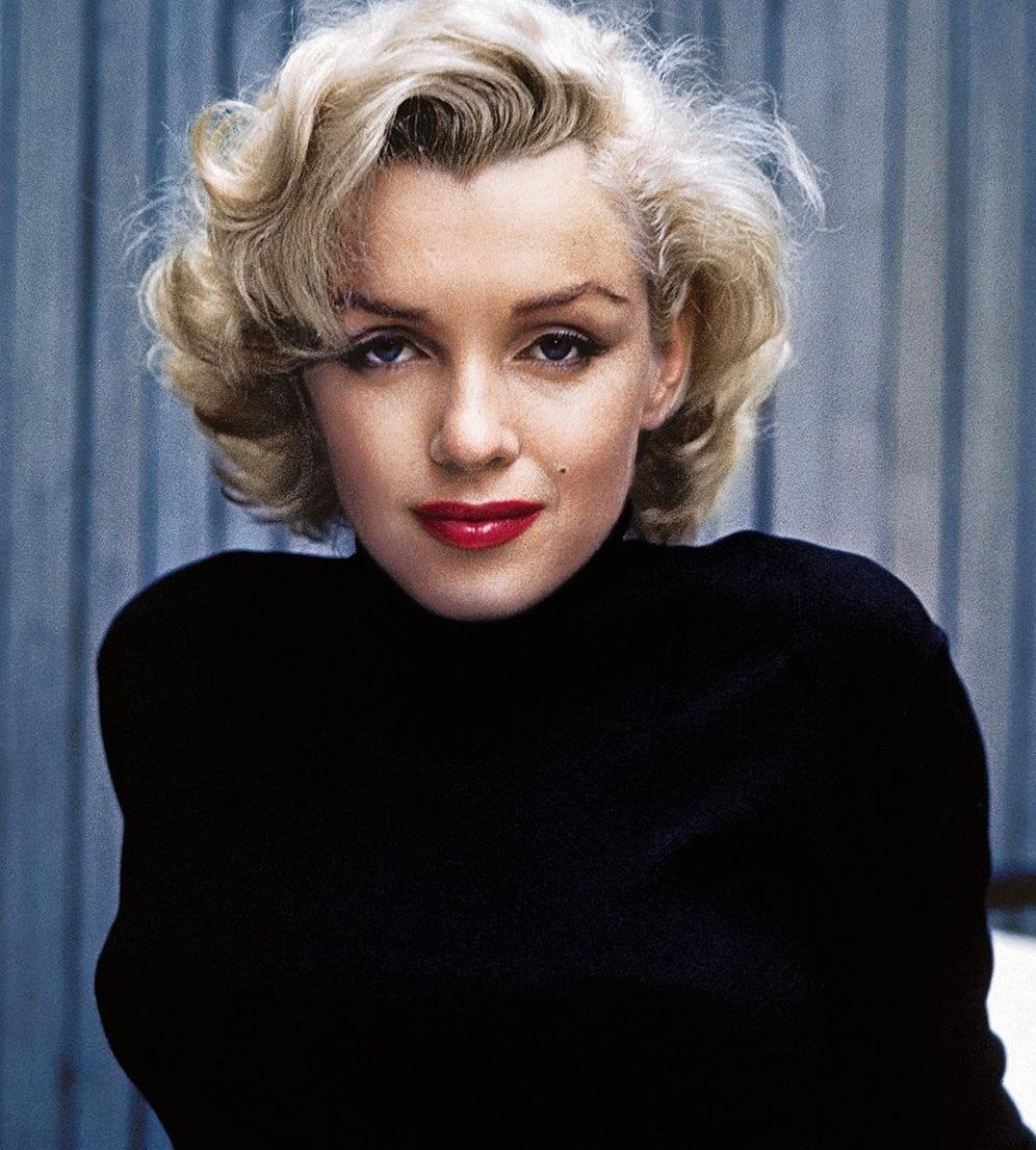 """""""Biểu tượng Hollywood"""" Marilyn Monroe với trang phục đơn giản nhưng vẫn cuốn hút tại nhà riêng. Tone son đỏ thẫm luôn được mỹ nhân tóc vàng đặc biệt yêu thích. (Ảnh: Getty)"""